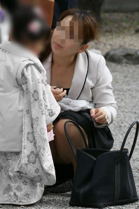 【ママチラエロ画像】ママさんったらw休日にお出かけしたらもれなく下着丸見えwww 22