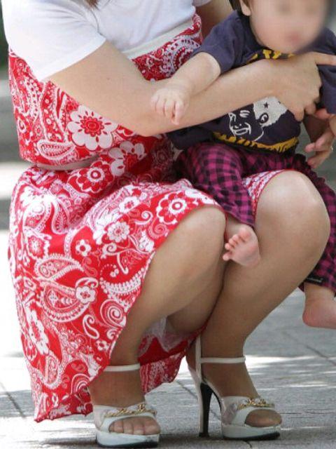 【ママチラエロ画像】ママさんったらw休日にお出かけしたらもれなく下着丸見えwww 26