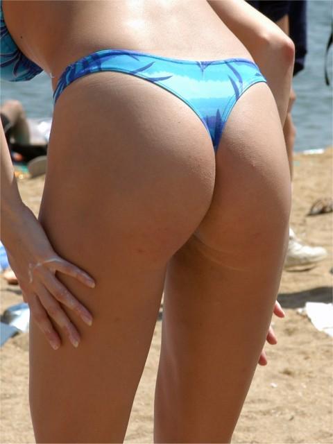 【水着尻エロ画像】日本でさまぁ~リゾートw尻丸出しのTバックをビーチで発見! 02