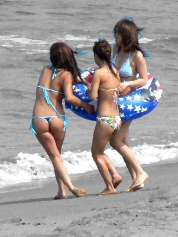 【水着尻エロ画像】日本でさまぁ~リゾートw尻丸出しのTバックをビーチで発見! 05