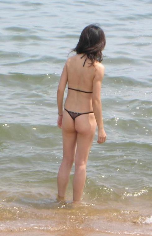 【水着尻エロ画像】日本でさまぁ~リゾートw尻丸出しのTバックをビーチで発見! 21