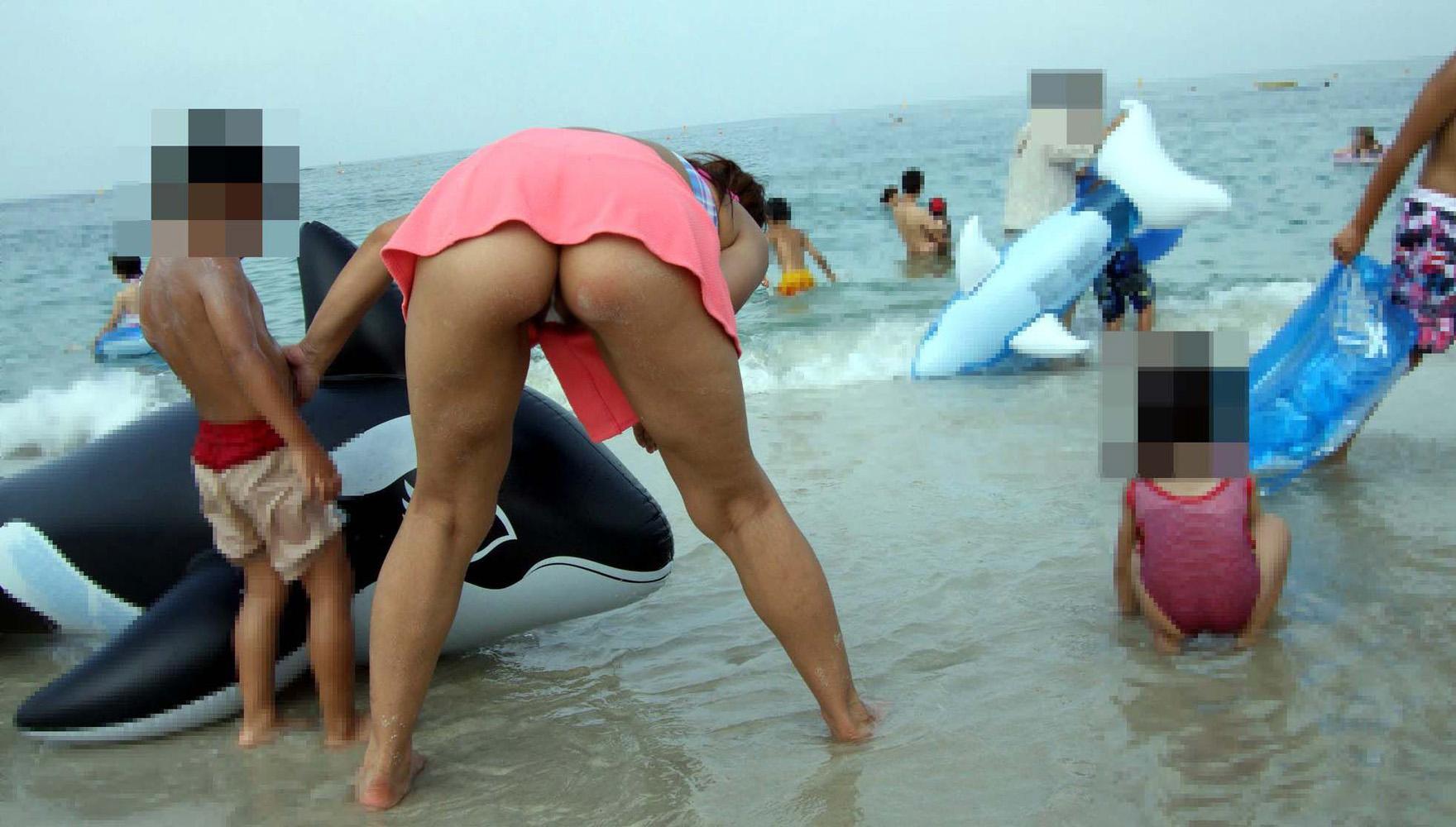 【水着尻エロ画像】日本でさまぁ~リゾートw尻丸出しのTバックをビーチで発見! 29