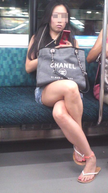 【美脚エロ画像】失礼な脚組みでもムッチリ強調されるから許せる電車の太もも撮りwww 02