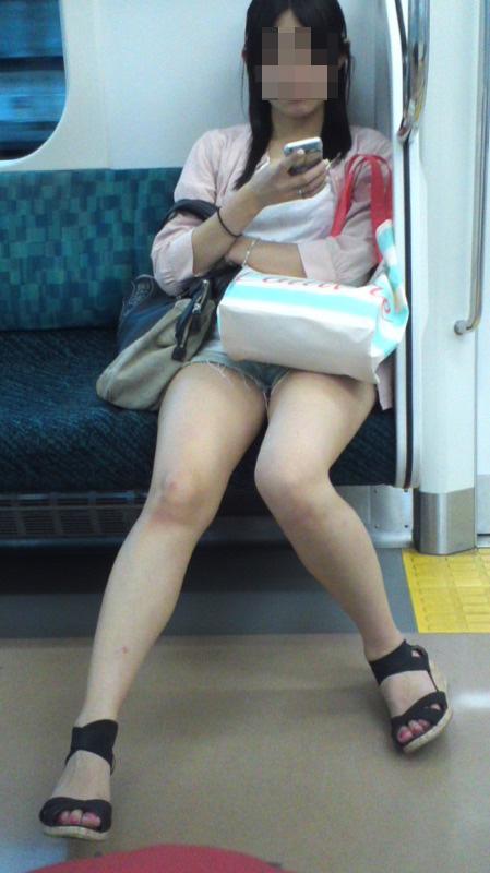 【美脚エロ画像】失礼な脚組みでもムッチリ強調されるから許せる電車の太もも撮りwww 06