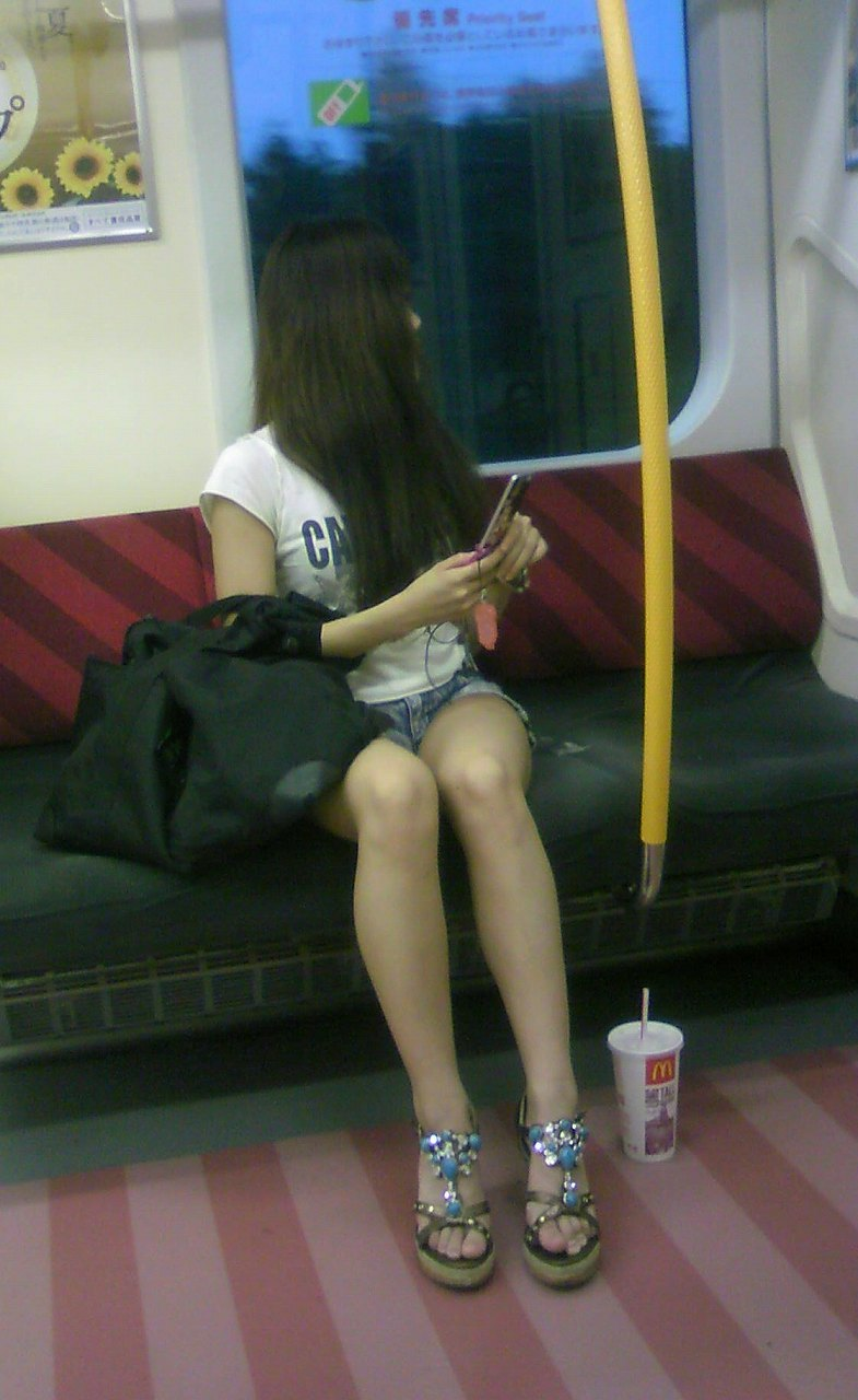 【美脚エロ画像】失礼な脚組みでもムッチリ強調されるから許せる電車の太もも撮りwww 10