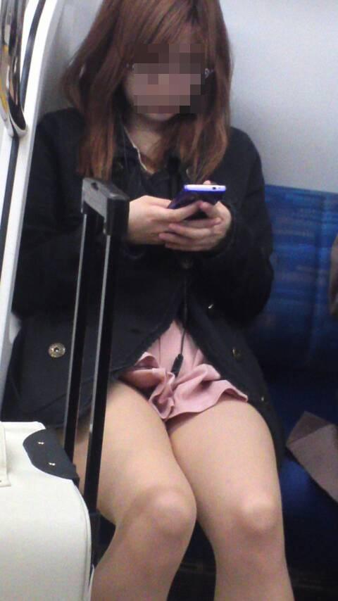 【美脚エロ画像】失礼な脚組みでもムッチリ強調されるから許せる電車の太もも撮りwww 17