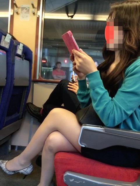 【美脚エロ画像】失礼な脚組みでもムッチリ強調されるから許せる電車の太もも撮りwww 19