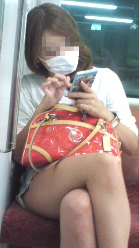 【美脚エロ画像】失礼な脚組みでもムッチリ強調されるから許せる電車の太もも撮りwww 24