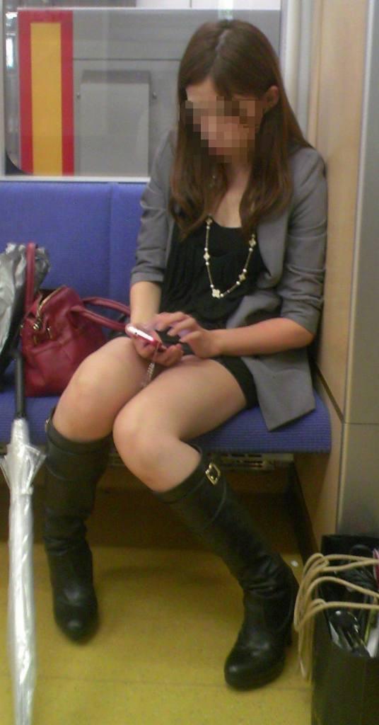 【美脚エロ画像】失礼な脚組みでもムッチリ強調されるから許せる電車の太もも撮りwww 27
