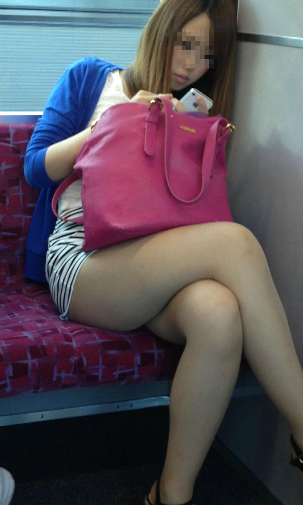 【美脚エロ画像】失礼な脚組みでもムッチリ強調されるから許せる電車の太もも撮りwww 30