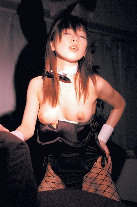【コスプレエロ画像】TVでバニーさん見てこんな風におっぱい捲りたいと思った方は集合www 17