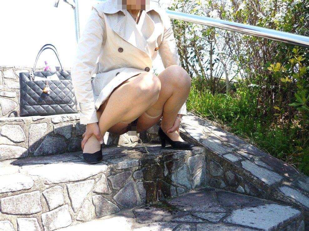 【放尿エロ画像】トイレがないから仕方なく…露出のついでに野ションする淑女たちwww 04