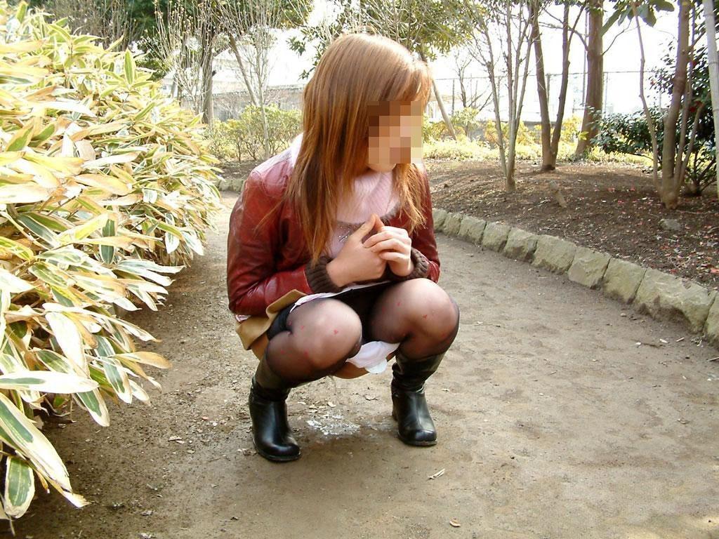 【放尿エロ画像】トイレがないから仕方なく…露出のついでに野ションする淑女たちwww 07