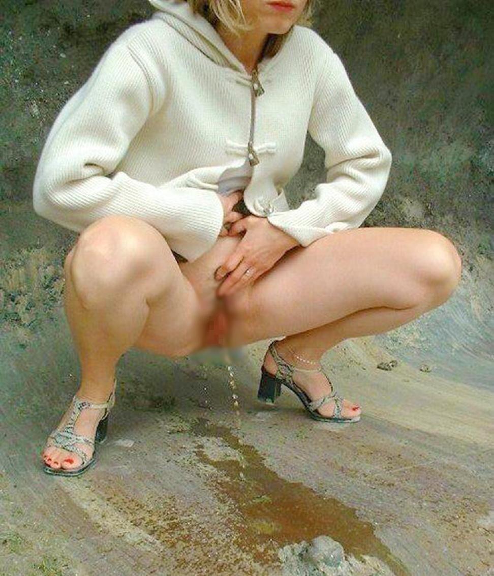 【放尿エロ画像】トイレがないから仕方なく…露出のついでに野ションする淑女たちwww 13