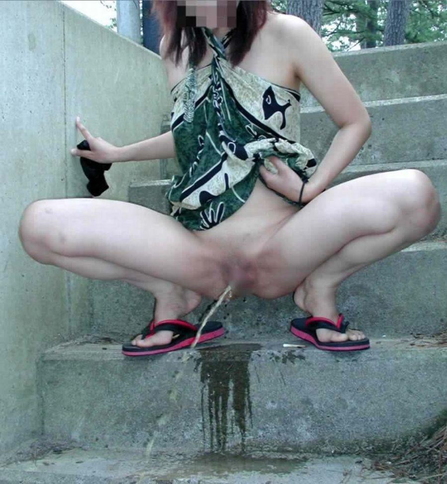 【放尿エロ画像】トイレがないから仕方なく…露出のついでに野ションする淑女たちwww 15
