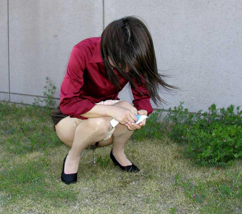【放尿エロ画像】トイレがないから仕方なく…露出のついでに野ションする淑女たちwww 17