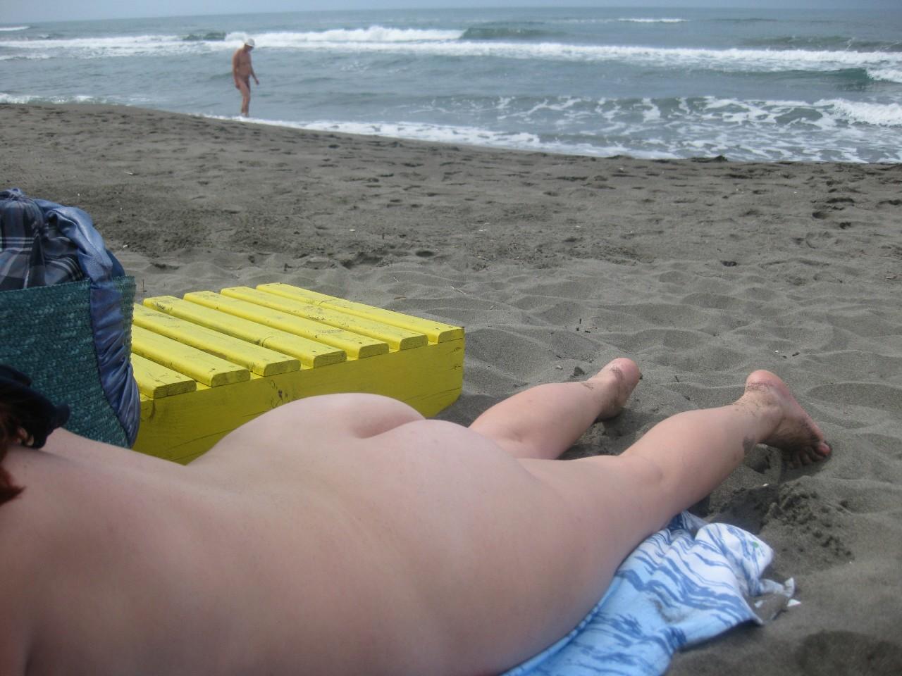 【海外エロ画像】即ヤれそうwヌーディストビーチの全裸で寝る人々www 05