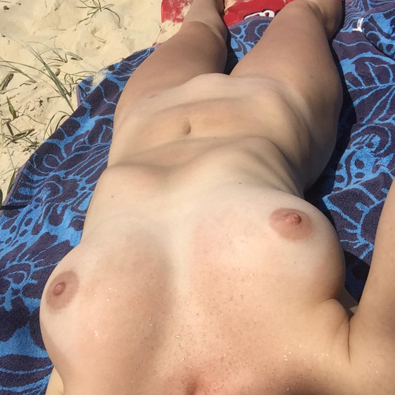 【海外エロ画像】即ヤれそうwヌーディストビーチの全裸で寝る人々www 07
