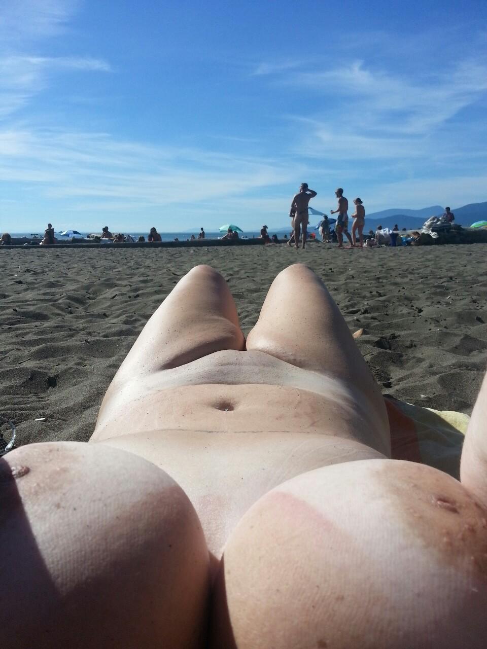 【海外エロ画像】即ヤれそうwヌーディストビーチの全裸で寝る人々www 09
