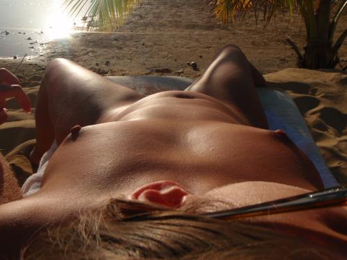 【海外エロ画像】即ヤれそうwヌーディストビーチの全裸で寝る人々www 11