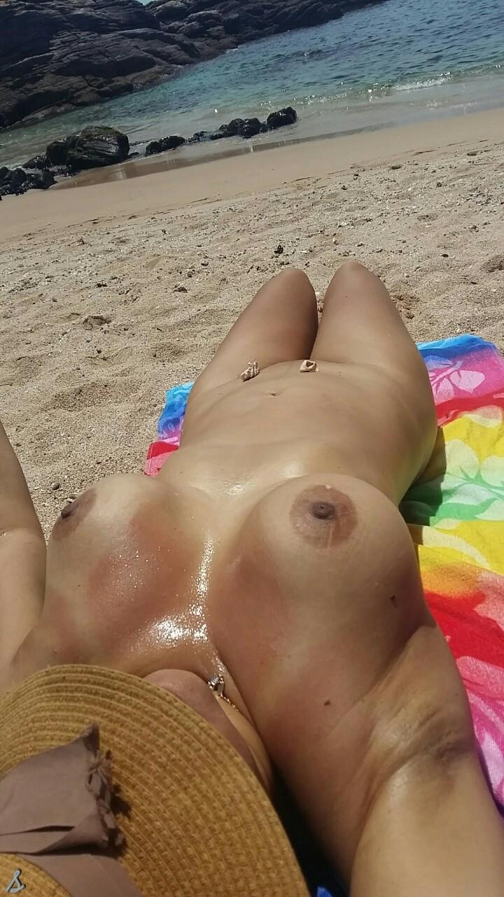 【海外エロ画像】即ヤれそうwヌーディストビーチの全裸で寝る人々www 15