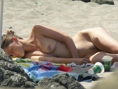 【海外エロ画像】即ヤれそうwヌーディストビーチの全裸で寝る人々www 16
