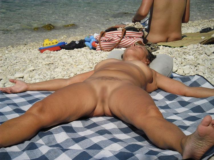 【海外エロ画像】即ヤれそうwヌーディストビーチの全裸で寝る人々www 18