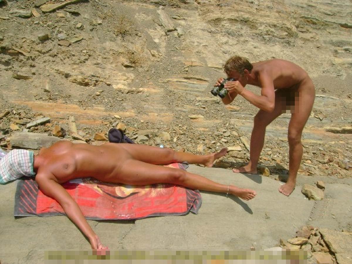 【海外エロ画像】即ヤれそうwヌーディストビーチの全裸で寝る人々www 19