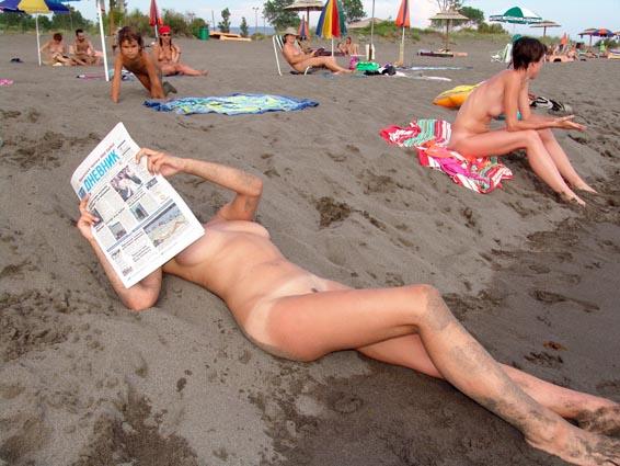【海外エロ画像】即ヤれそうwヌーディストビーチの全裸で寝る人々www 23