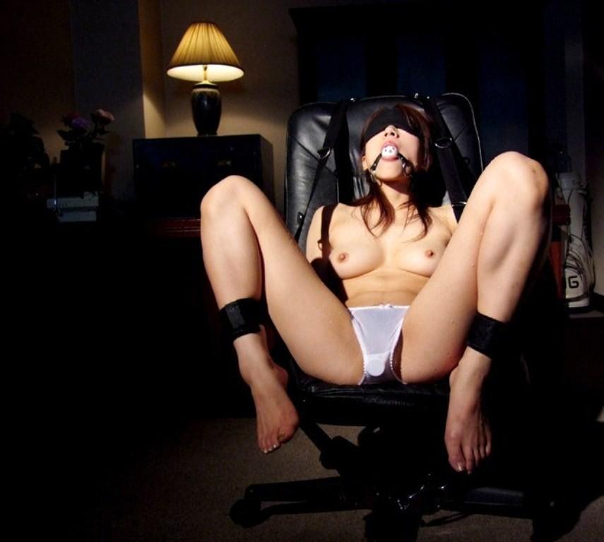 【拘束エロ画像】電気つけるの忘れずにwヤリたい放題確定な目隠し女www 03