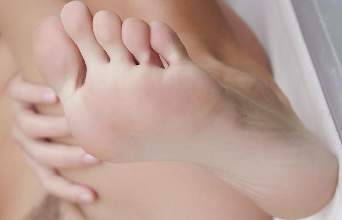 【足フェチエロ画像】密かに味もみておきたいw女の子の綺麗な足裏www 001