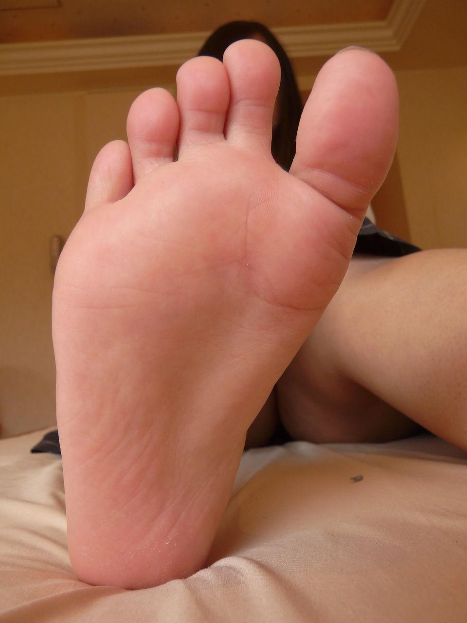 【足フェチエロ画像】密かに味もみておきたいw女の子の綺麗な足裏www 13