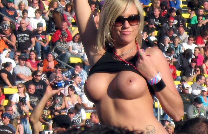 【海外エロ画像】熱狂が性的興奮に繋がって…脱ぎやらかした観衆のお姉さんwww 001