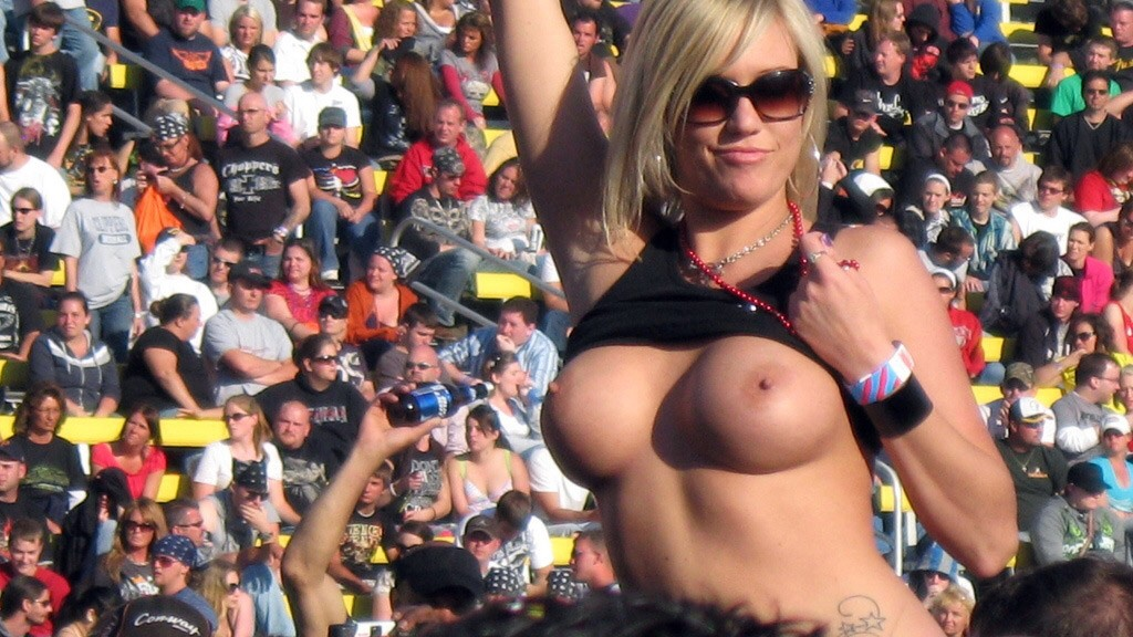 【海外エロ画像】熱狂が性的興奮に繋がって…脱ぎやらかした観衆のお姉さんwww 04