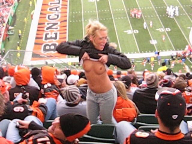 【海外エロ画像】熱狂が性的興奮に繋がって…脱ぎやらかした観衆のお姉さんwww 16