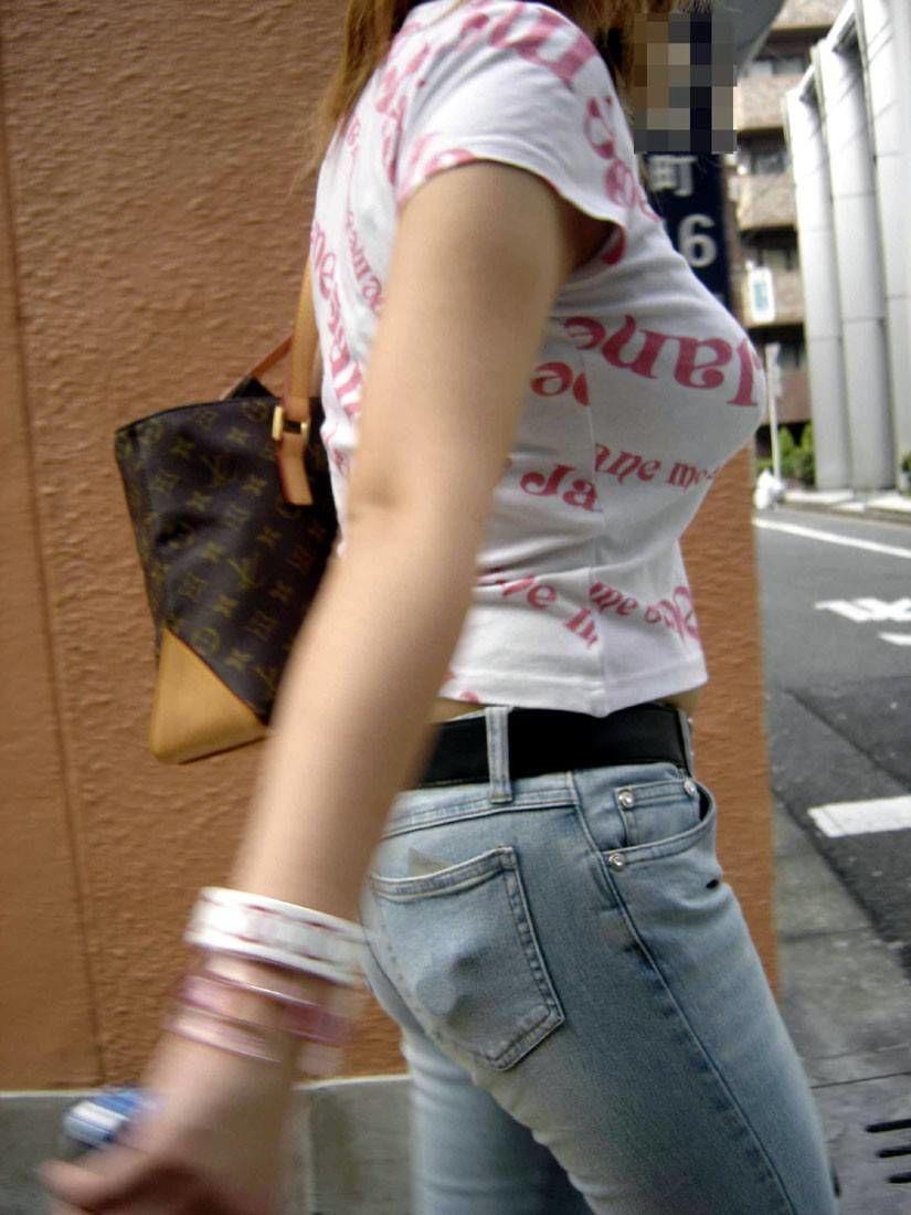 【巨乳エロ画像】魅力は最大限活かすべきと体張って教える街の乳袋さんwww 05