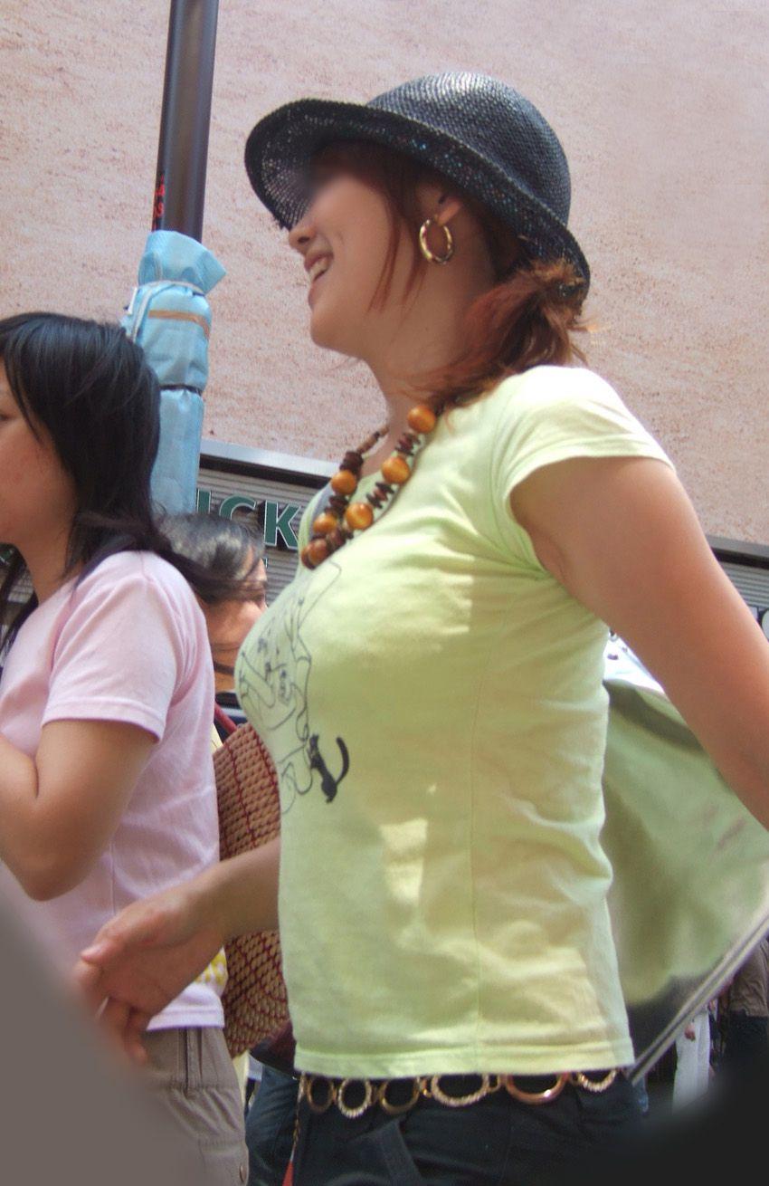 【巨乳エロ画像】魅力は最大限活かすべきと体張って教える街の乳袋さんwww 13