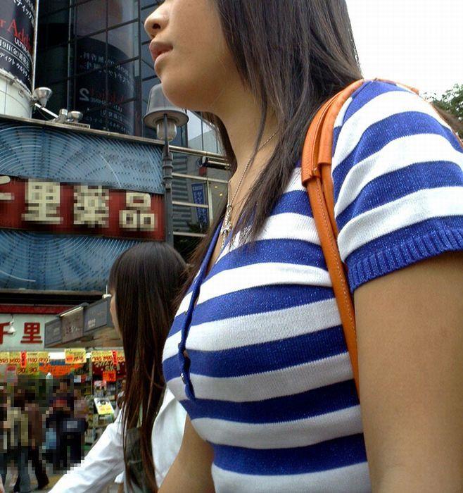 【巨乳エロ画像】魅力は最大限活かすべきと体張って教える街の乳袋さんwww 28