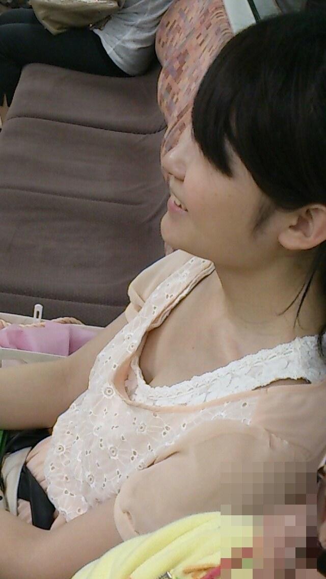 【着胸エロ画像】ガン見してたら終点w妙に引きつける電車内の着衣胸www 08