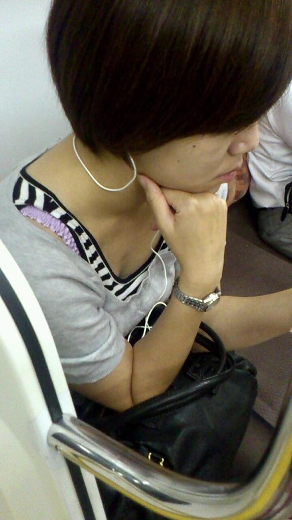 【着胸エロ画像】ガン見してたら終点w妙に引きつける電車内の着衣胸www 15