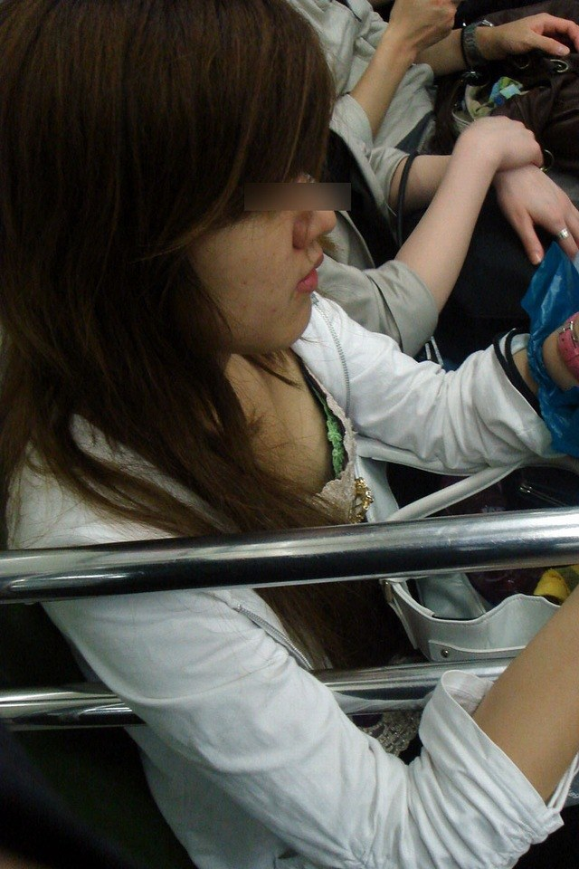 【着胸エロ画像】ガン見してたら終点w妙に引きつける電車内の着衣胸www 22
