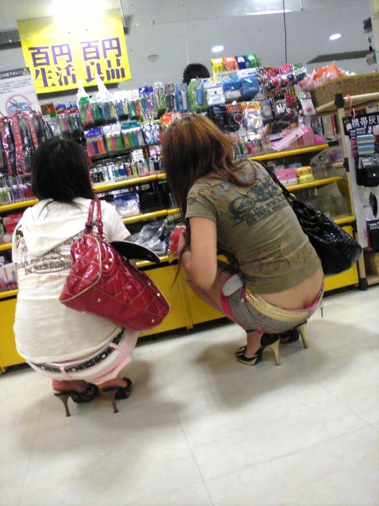 【半ケツエロ画】見てますよそのワレメ!平気で半ケツ晒すローライズ女子たちwww 22