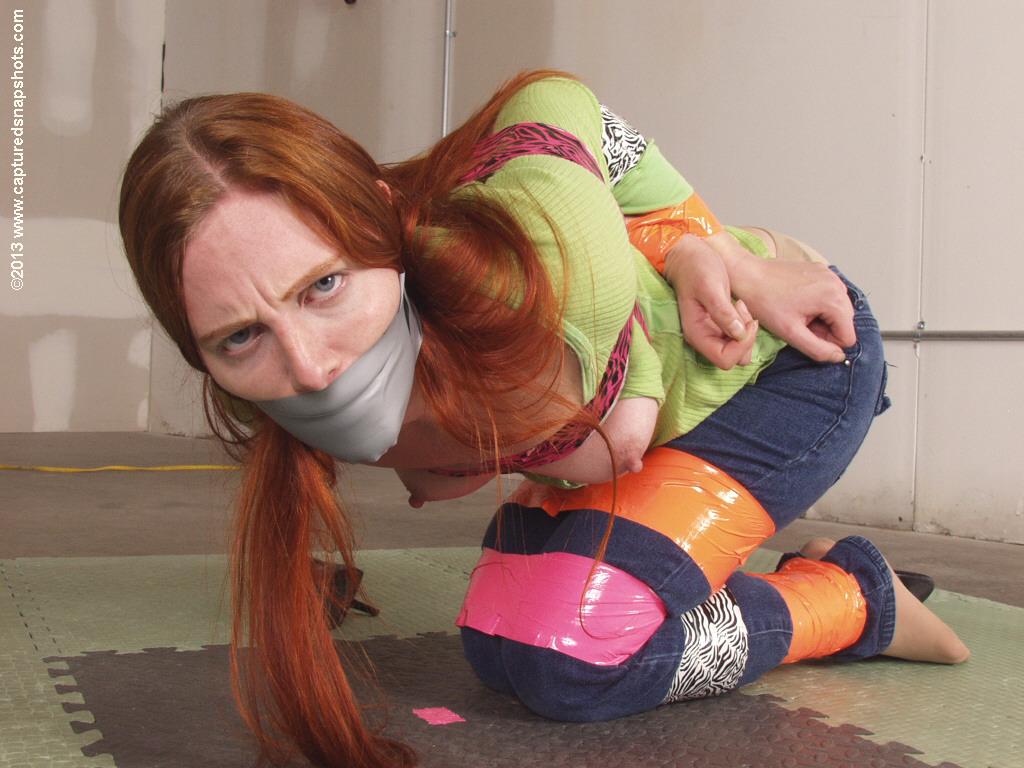 【SMエロ画像】剥がす時が凄く不安…縄の代わりにテープで拘束した女体! 12