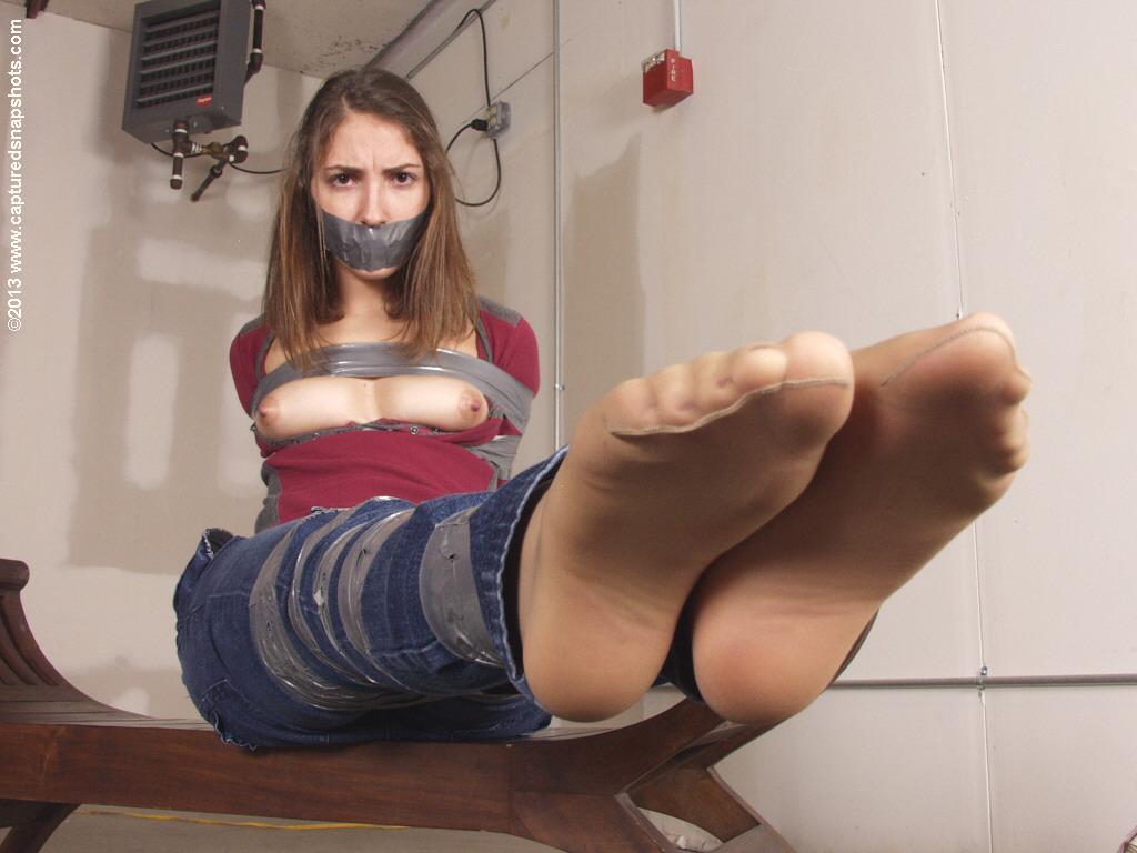 【SMエロ画像】剥がす時が凄く不安…縄の代わりにテープで拘束した女体! 14
