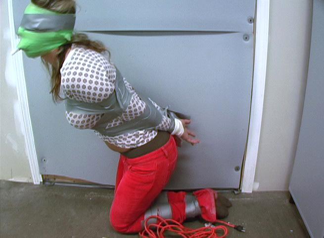 【SMエロ画像】剥がす時が凄く不安…縄の代わりにテープで拘束した女体! 28