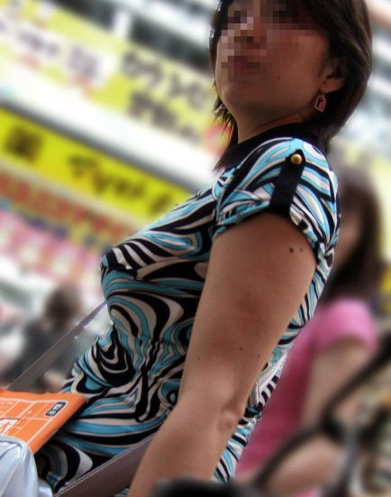 【巨乳エロ画像】生はもっと凄いはず!街中の目を引く着衣おっぱいwww 02
