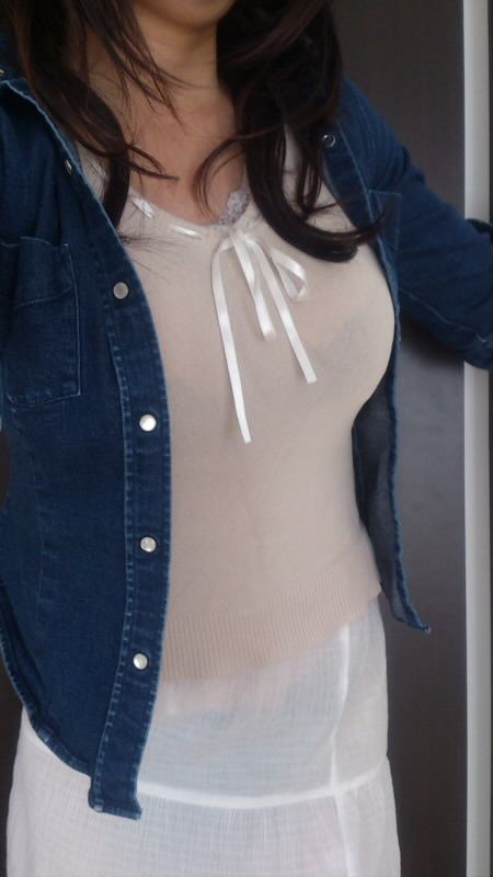 【巨乳エロ画像】生はもっと凄いはず!街中の目を引く着衣おっぱいwww 09