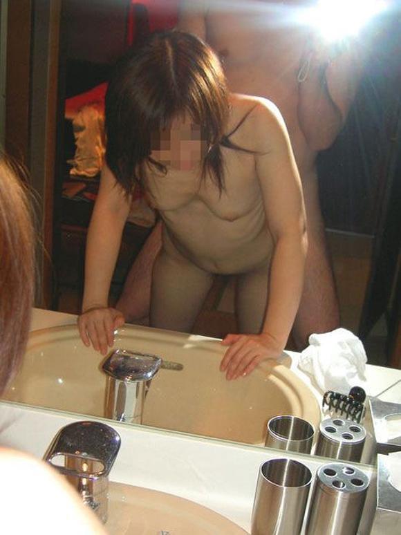 【鏡撮りエロ画像】ハメ撮りに役立つ!鏡の前で痴態を写した素人カップルwww 11