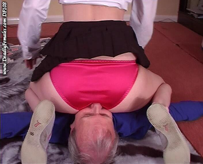 【顔面騎乗エロ画像】股間の匂いを思う存分…下着履いたお尻が鼻先にズッシリwww 21