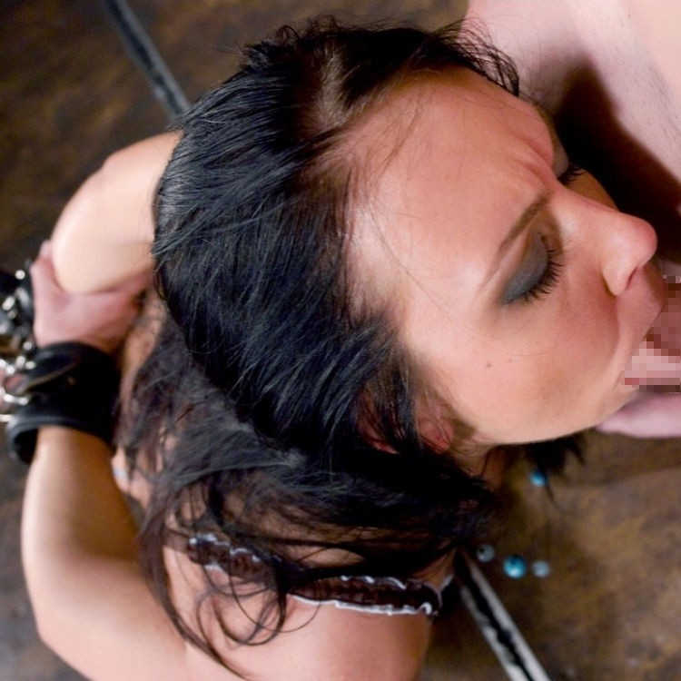 【フェラチオエロ画像】使えるのは舌と口…拘束された女の必死なご奉仕フェラwww 30